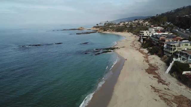 vídeos de stock e filmes b-roll de aerial view of south laguna beach coast - montanha costeira