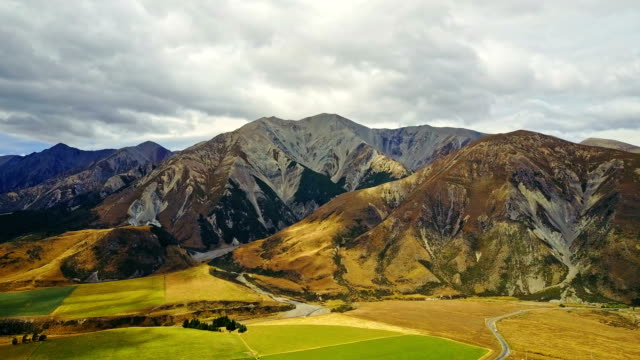 aerial view of southern alpine alps mountain at arthur's pass national park new zeanland - christchurch nuova zelanda video stock e b–roll