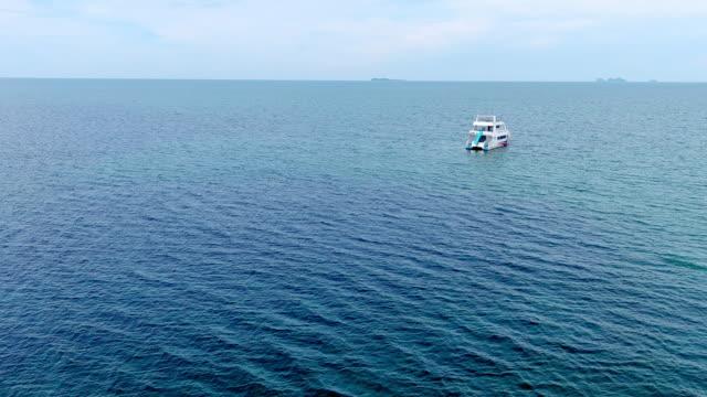 vídeos y material grabado en eventos de stock de vista aérea de la lancha rápida sobre el hermoso mar azul - drone footage