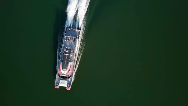 luftaufnahme von schnellboot kreuzfahrt auf der donau, slowakei - slowakei stock-videos und b-roll-filmmaterial