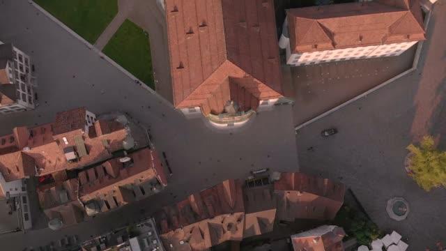 luftaufnahme des st. galler stadtbildes skyline, stiftskathedrale st. gallen in der schweiz - kloster stock-videos und b-roll-filmmaterial