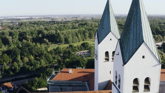 Luftaufnahme der St. Korbinian Kirche in Freising, Bayern, Deutschland – Video