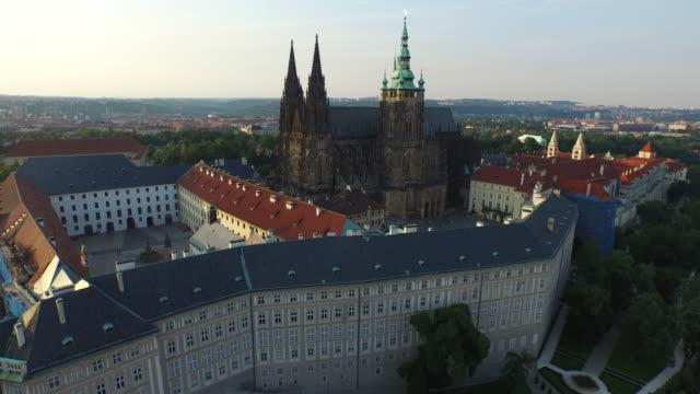 vidéos et rushes de vue aérienne de la cathédrale saint-vitus - prague