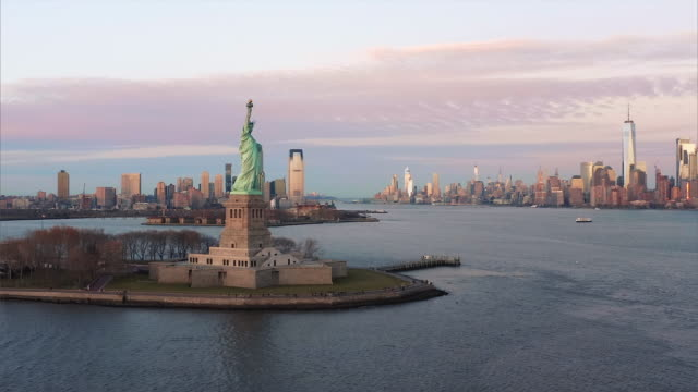 vídeos de stock, filmes e b-roll de vista aérea da estátua de liberdade em 4k - new york city