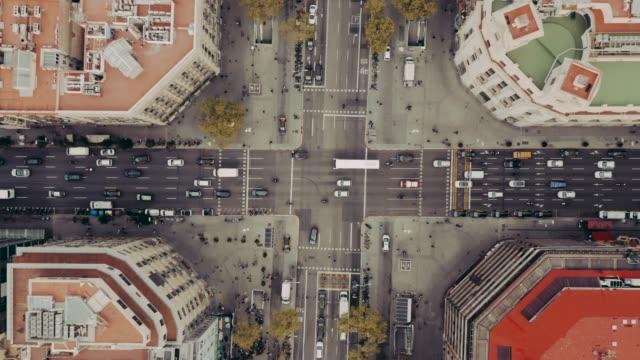 flygvy över gatan med bilar i barcelona - drönare transportmedel bildbanksvideor och videomaterial från bakom kulisserna