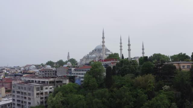 vídeos y material grabado en eventos de stock de vista aérea de la mezquita de suleymaniye en estambul. 4k imágenes en turquía - distrito eminonu