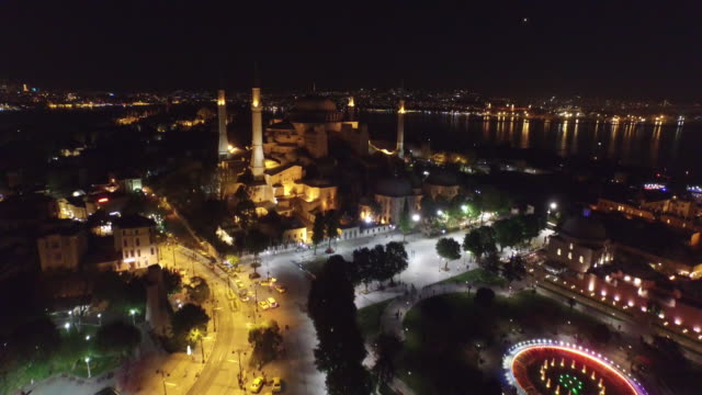 vídeos de stock e filmes b-roll de aerial view of sultanahmet square at night in istanbul, turkey. - istambul