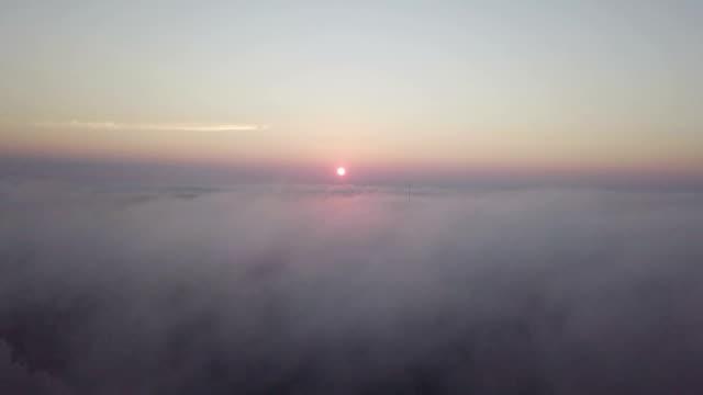 vídeos de stock, filmes e b-roll de vista aérea de nuvens do nascer do sol do céu - estratosfera