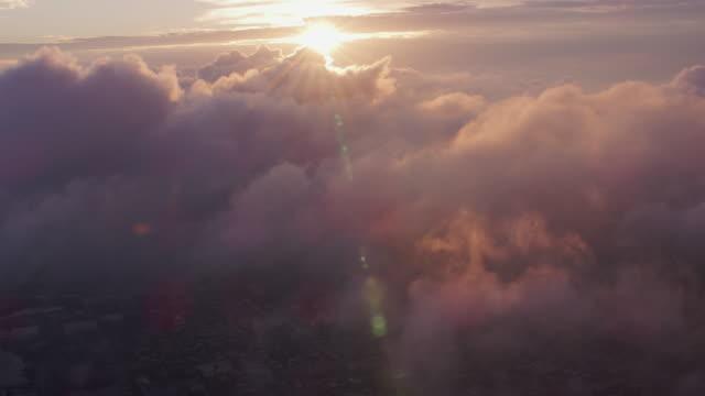 flygfoto över soluppgången över molnen med manhattan nedan. - himlen bildbanksvideor och videomaterial från bakom kulisserna