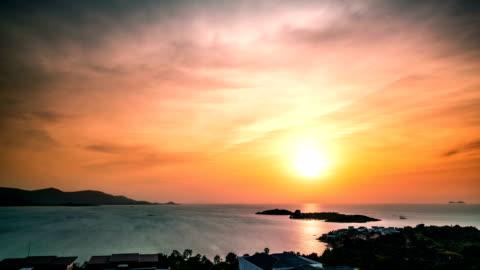 vidéos et rushes de vue aérienne du coucher de soleil en mer. koh samui time lapse vidéo - ciel couvert