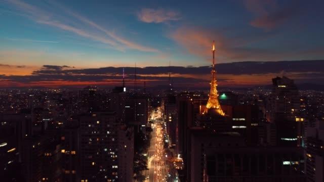 aerial view of sunset on paulista avenue, são paulo, brazil. dusk's scenery. downtown's scene.  landmark of the city, heart of são paulo. colored sky. - são paulo video stock e b–roll