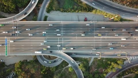 vídeos y material grabado en eventos de stock de vista aérea de la super carretera durante hora de acometidas - fluir