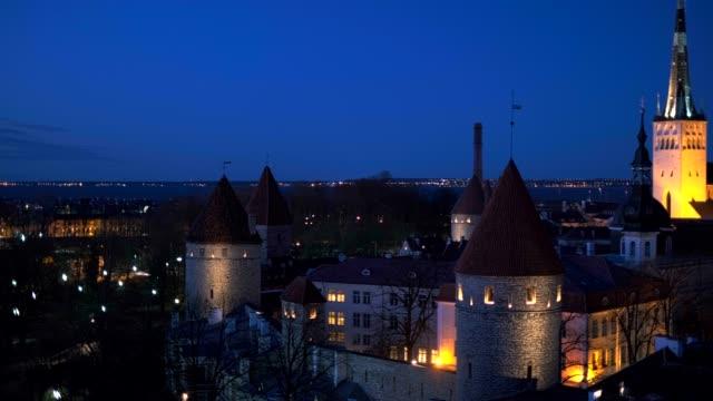 tallinn ortaçağ eski kent hava görünümü, estonya - estonya stok videoları ve detay görüntü çekimi
