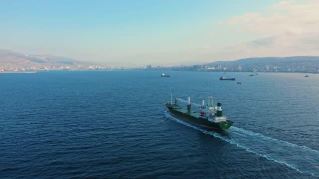 vista aerea della petroliera che naviga nel calmo mare blu nella giornata di sole - nave video stock e b–roll