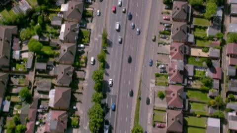 vidéos et rushes de vue aérienne de l'autoroute a40 hors de londres. 4k - autoroute