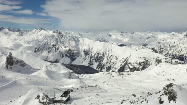 aerial view of the austrian alps - stato federato del tirolo video stock e b–roll