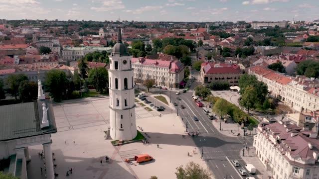 vilnius, lithuania - juli 2019: luftaufnahme des schönen glockenturms auf dem domplatz und dem stadtbild von vilnius. - litauen stock-videos und b-roll-filmmaterial