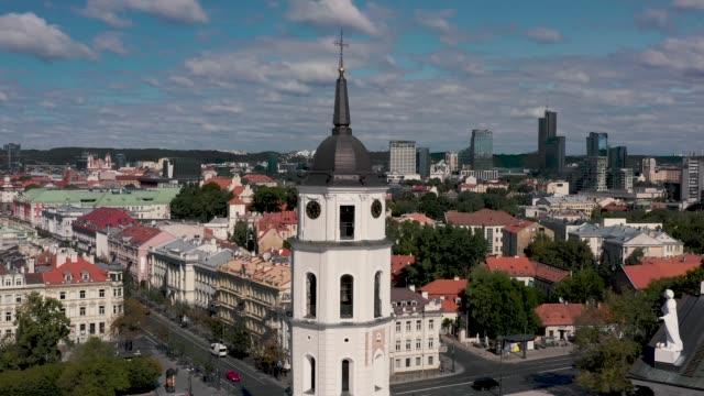 vilnius, lithuania - juli 2019: luftaufnahme des glockenturms - turm untere burg, auf dem domplatz in vilnius. - litauen stock-videos und b-roll-filmmaterial