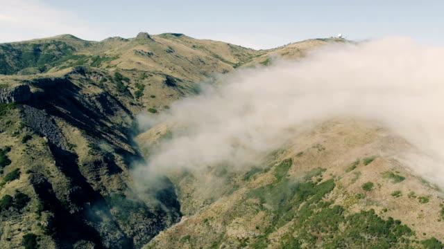 flygfoto över canyon och bergen med moln - städsegrön växt bildbanksvideor och videomaterial från bakom kulisserna