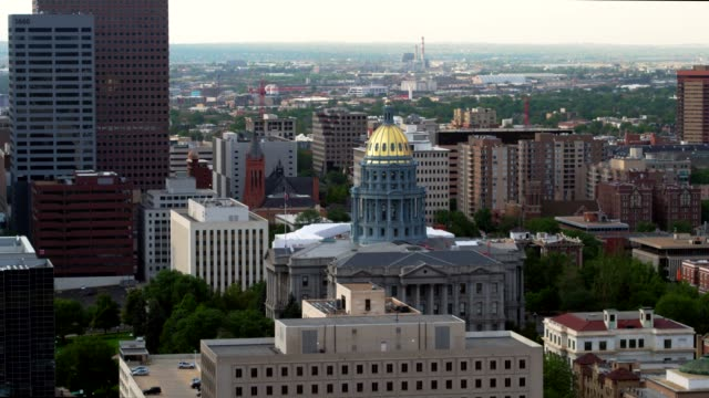 aerial view of the capitol in denver - колорадо стоковые видео и кадры b-roll