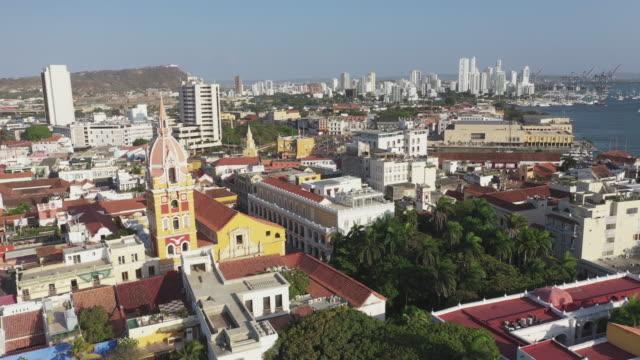 コロンビアのカルタヘナ・デ・インディアスの美しい旧市街にあるサンタ・カタリナ・デ・アレジャンドル大聖堂の空中写真。 - コロンビア点の映像素材/bロール