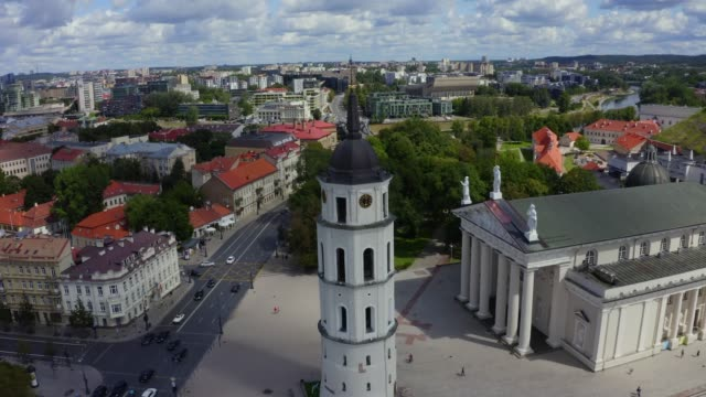 aerial view of the cathedral square, main square of the vilnius old town, a key location in city's public life - lituania video stock e b–roll