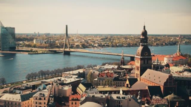 vídeos de stock e filmes b-roll de aerial view of the center of riga from the church of st. peter, latvia. - letónia