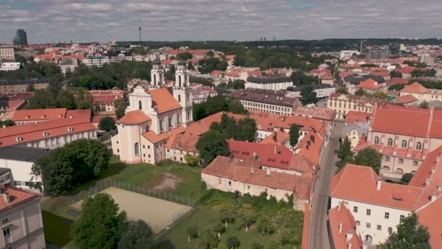 vilnius, lithuania - july, 2019: aerial view of the church of st. catherine and roofs of the old city centre of vilnius. - kate middleton filmów i materiałów b-roll