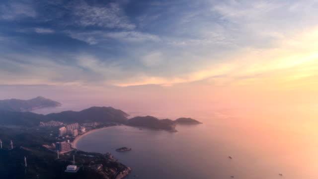 vídeos de stock, filmes e b-roll de vista aérea da costa - lapso de tempo - sol nascente horizonte drone cidade