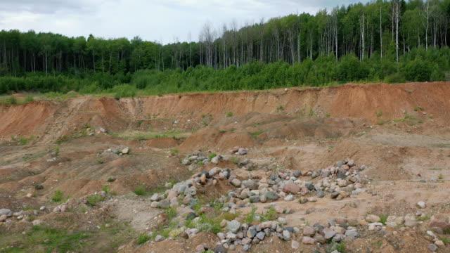 vídeos de stock, filmes e b-roll de vista aérea das conseqüências do desmatamento irresponsável e extração de areia e cascalho nas florestas da zona climática média - erodido