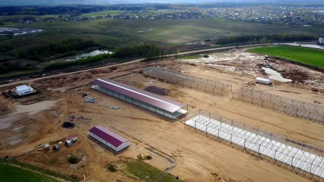 Blick auf die Landschaft. Bau der agronomischen Industrie, Lager im Bereich – Video
