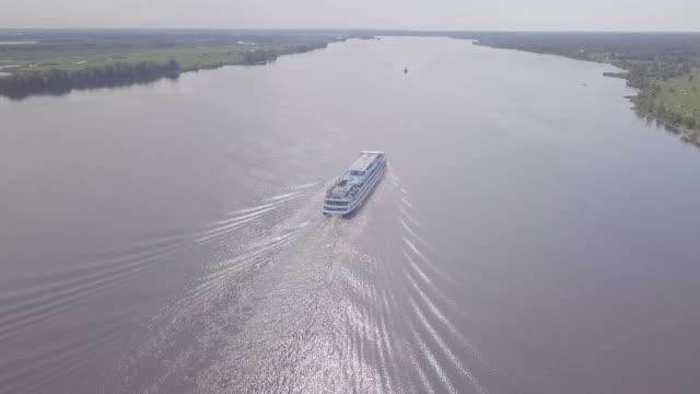 kama nehri üzerinde hareket eden yolcu gemisinin havadan görünümü - okyanus gemisi stok videoları ve detay görüntü çekimi