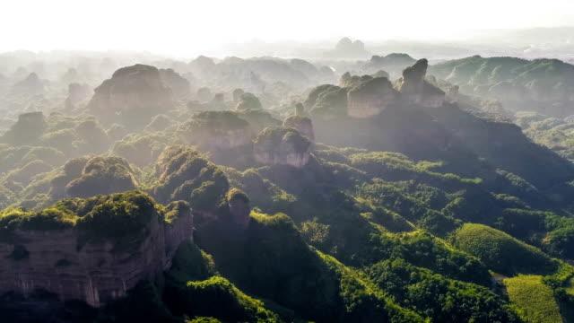 vidéos et rushes de vue aérienne de la montagne danxia - forêt tropicale humide