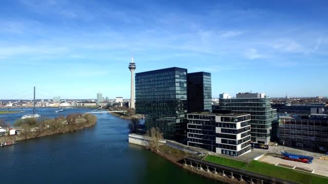 luftaufnahme des düsseldorfer medienhafens in deutschland - europa - düsseldorf stock-videos und b-roll-filmmaterial