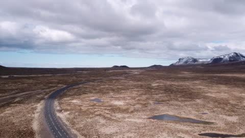 vidéos et rushes de vue aérienne de la route vide dans la péninsule de snaefellsness, islande - 20 secondes et plus