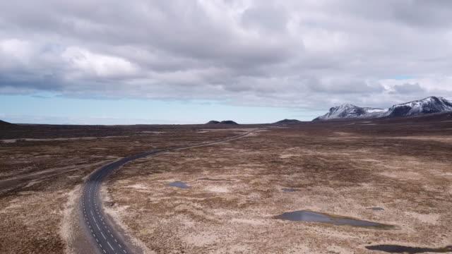 veduta aerea della strada vuota nella penisola di snaefellsness, islanda - 20 o più secondi video stock e b–roll