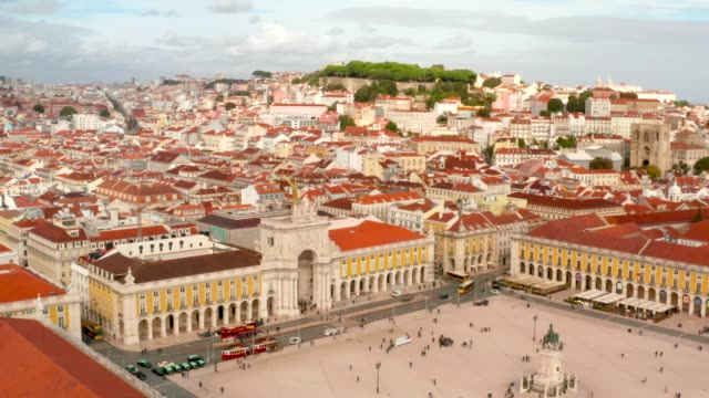 vídeos de stock e filmes b-roll de aerial view of the famous praca do comercio - people lisbon