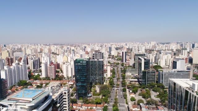 vídeos y material grabado en eventos de stock de vista aérea del centro financiero en el distrito de faria lima en sao paulo - avenida