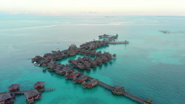stockvideo's en b-roll-footage met luchtfoto van de zwevende resorts van mabul. een van de mooiste duikspots ter wereld. schot in 4k. - maleisië