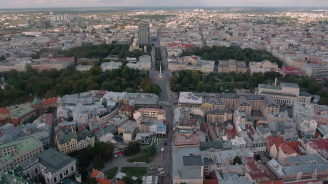 aerial view of the freedom monument in riga - латвия стоковые видео и кадры b-roll