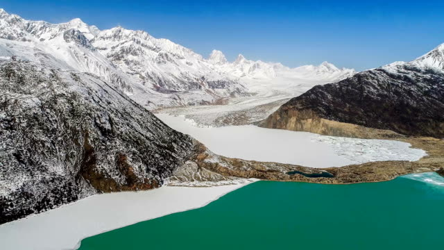 aerial view of the glacier in tibet - ледник стоковые видео и кадры b-roll