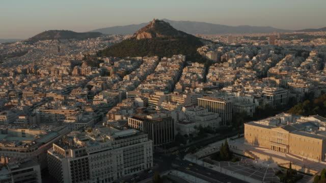 vídeos de stock, filmes e b-roll de vista aérea do parlamento helênico em atenas, grécia em bela luz da hora dourada - atenas grécia