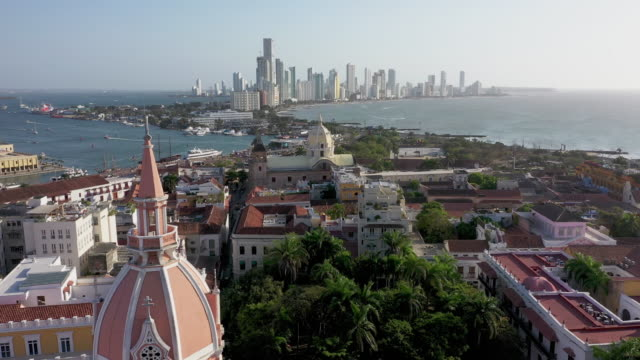 veduta aerea del centro storico di cartagena, colombia. panorama delle parti vecchie e nuove della città a cartagena - america latina video stock e b–roll