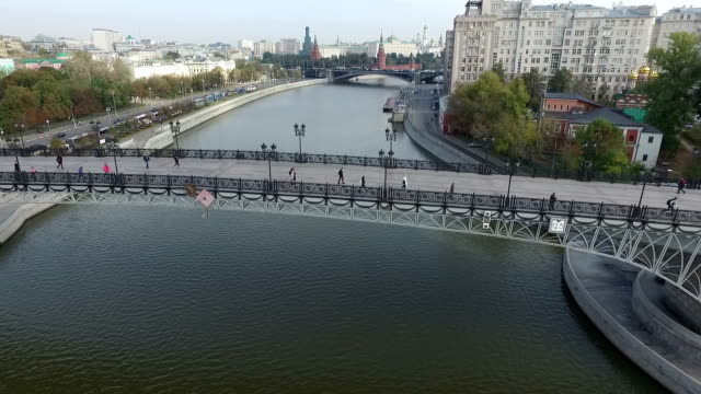 aerial view of the kremlin through the patriarchal bridge - rzeka moskwa filmów i materiałów b-roll