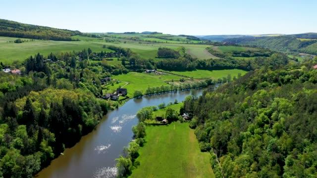 チェコのクリヴォクラツコ保護された風景エリアの空中写真。 - チェコ共和国点の映像素材/bロール