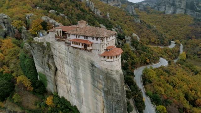 stockvideo's en b-roll-footage met luchtfoto van de rotsachtige landschap van meteora en kloosters in griekenland - klooster