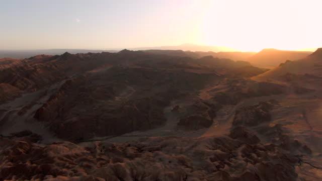 stockvideo's en b-roll-footage met luchtmening van de vallei van de maan aka valle de la luna bij zonsondergang in de woestijn atacama, chili - maasvallei