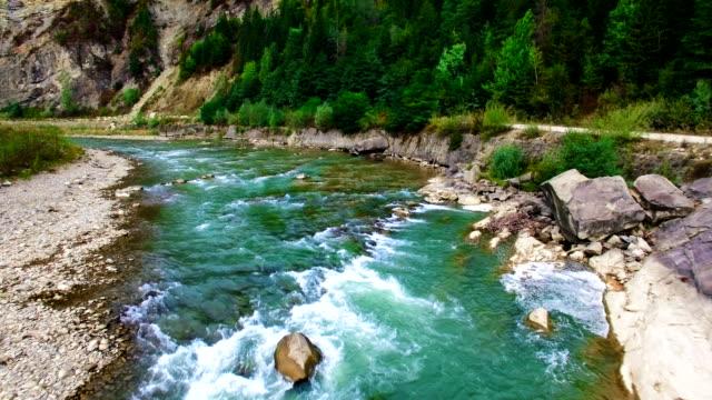 luftbild von den berg fluss in karpaten - süßwasser stock-videos und b-roll-filmmaterial