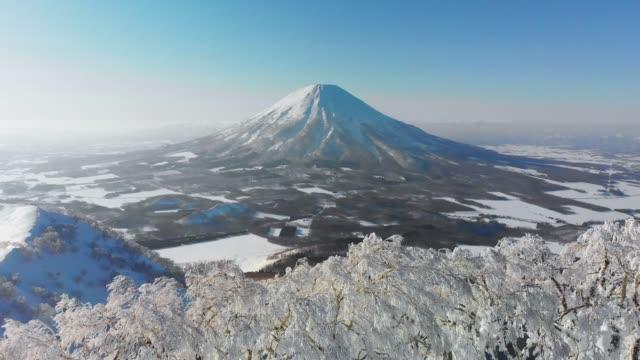 北海道のニセコ火山の空中写真 - 冬点の映像素材/bロール