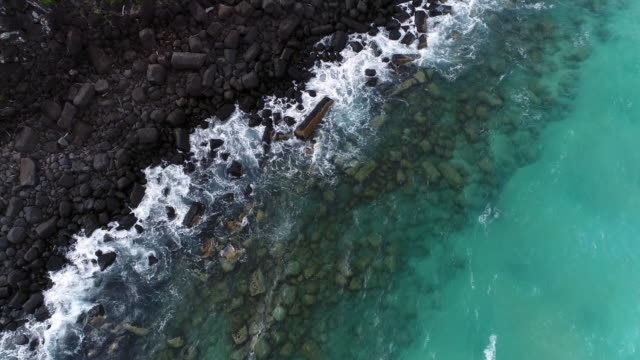stockvideo's en b-roll-footage met luchtfoto van de golven van de oceaan het raken van de rotsen - rocks sea